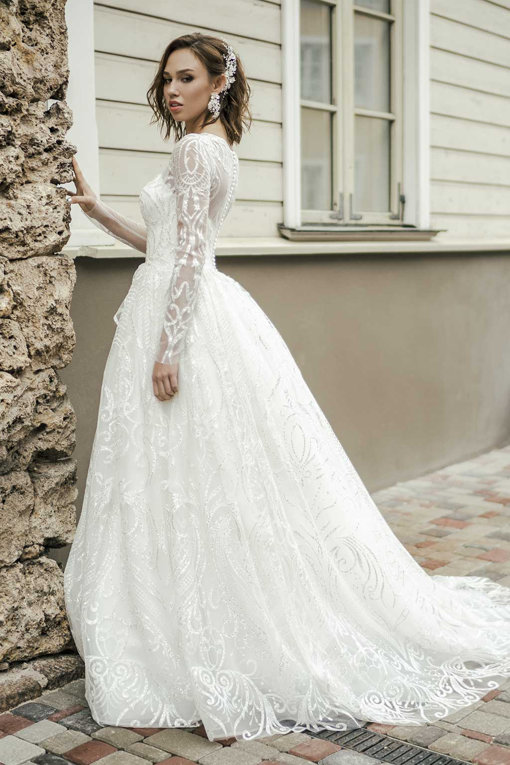 4f4c40904c6 To create a classic bridal look is necessary to consider only one rule. A wedding  dress should be puffy. Moreover