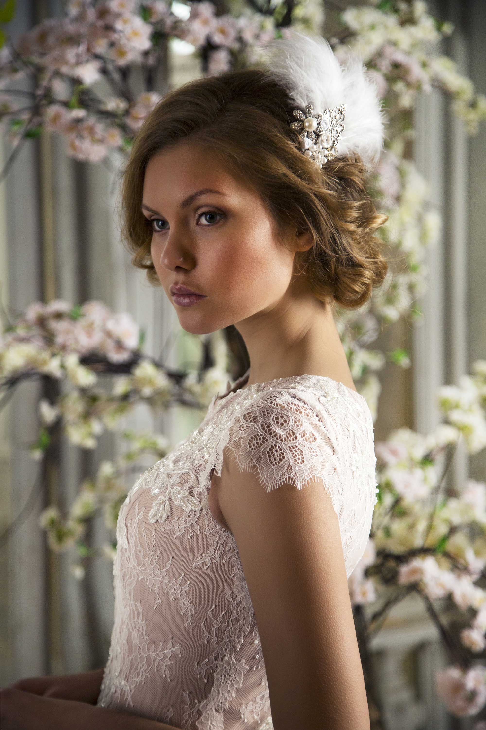 Bridal_hair_decoration_with_feathers