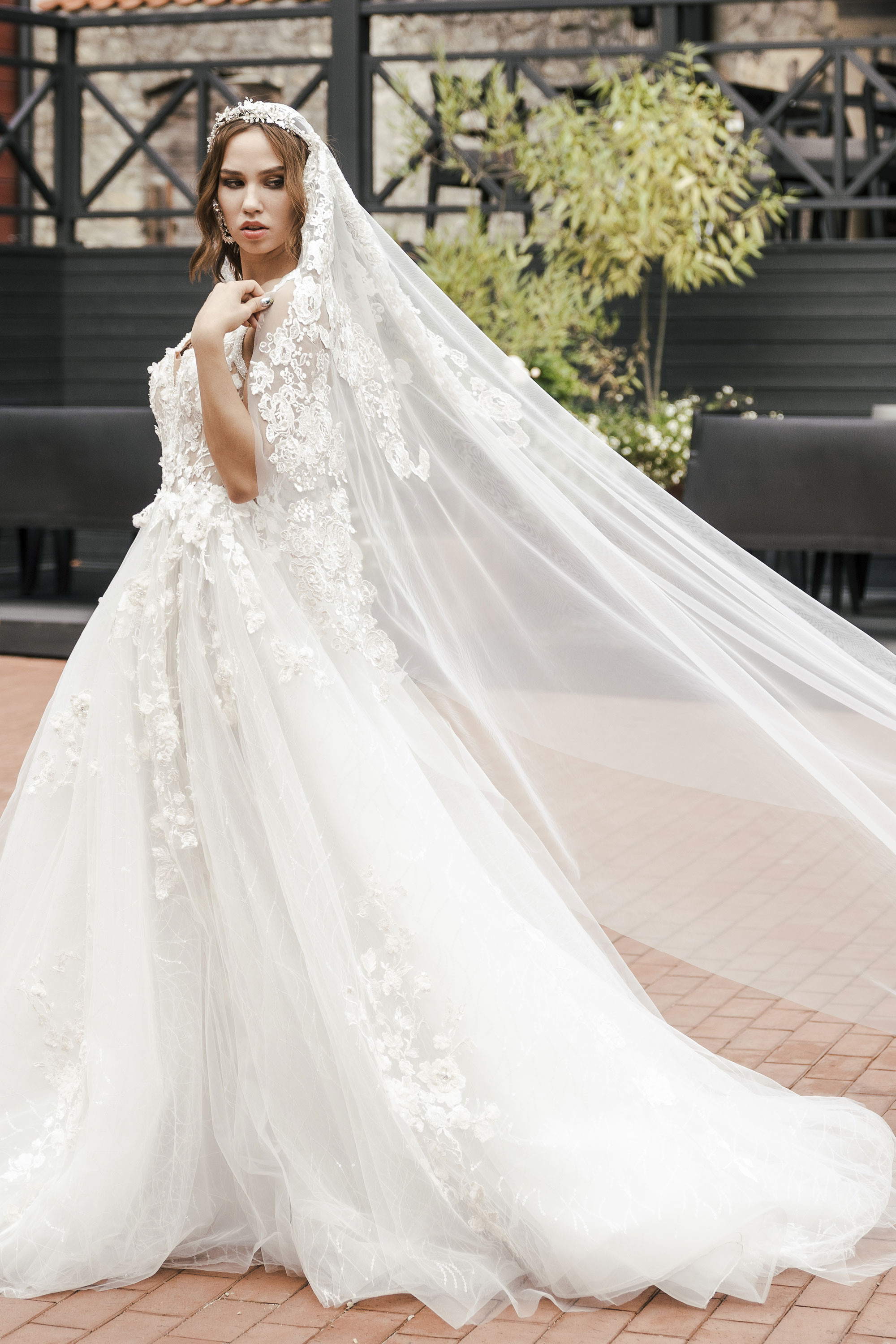 Wedding_veil_with_lace_embroidery_long_Ingrida_Bridal